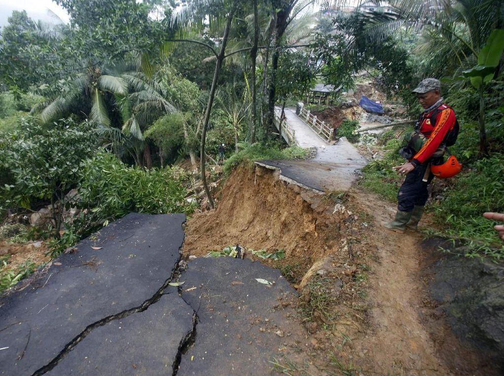 Berjibaku Antar Bantuan ke Desa Terisolasi di Bogor