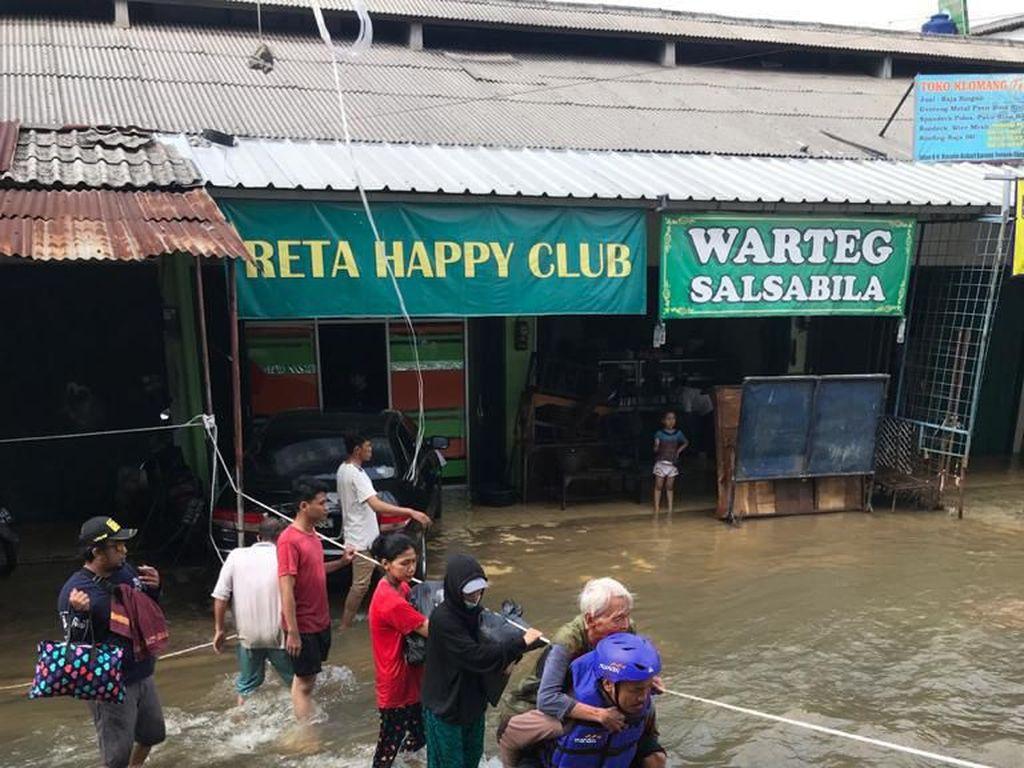 500 Pegawai Bank Mandiri Dikerahkan Jadi Relawan Bantu Korban Banjir