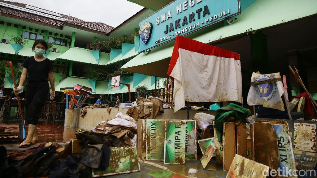Ramai-ramai Bersihkan Sekolah Terdampak Banjir