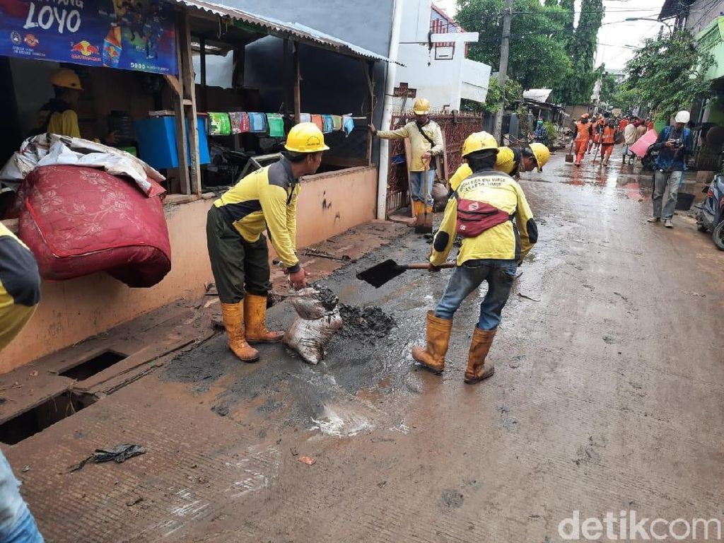 Video Denyut Pertokoan di Cipinang Melayu Usai Banjir Surut