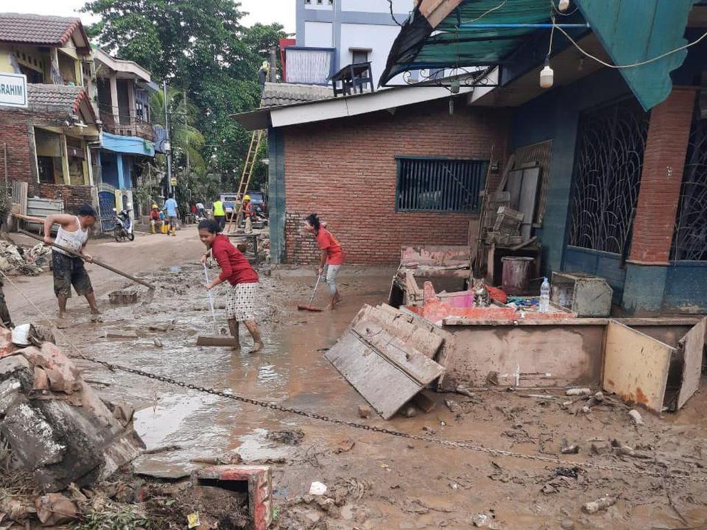 Tangani Lumpur Sisa Banjir, Walkot Bekasi: Kita Sewa Truk dan Backhoe