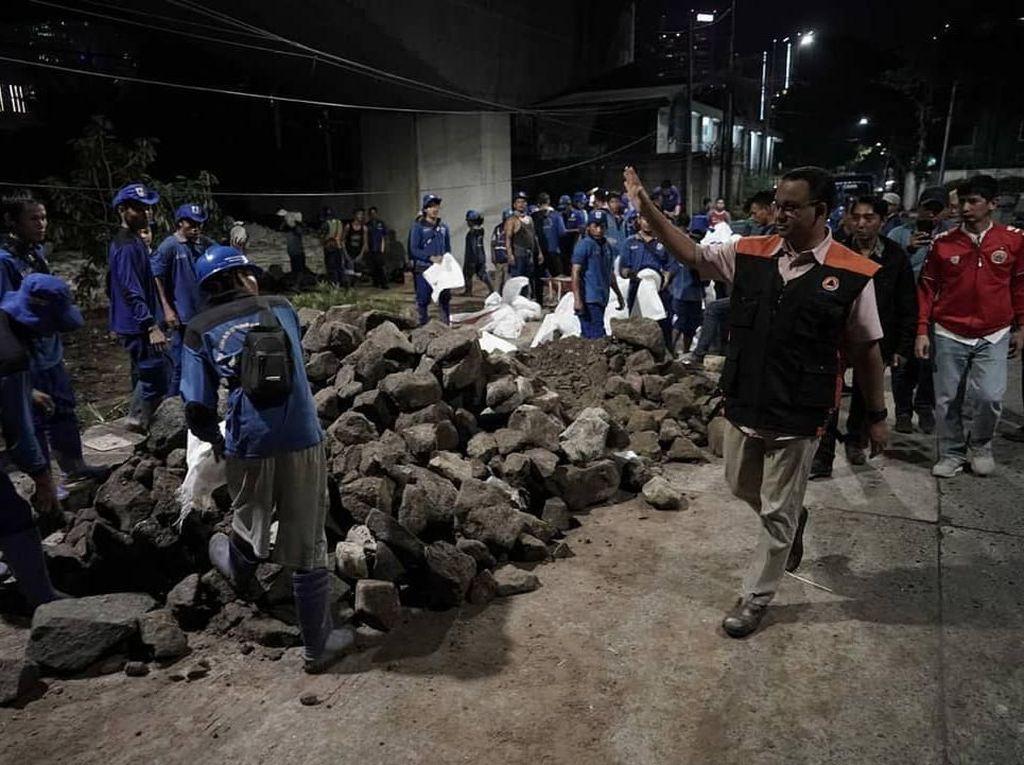 Anies Cek Latuharhari agar Tanggul Tak Jebol seperti Era Jokowi