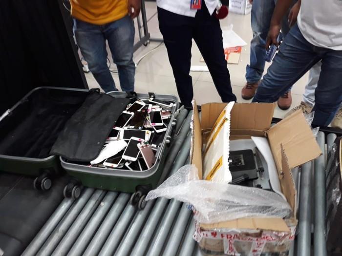 Selundupkan 1 Koper iPhone, WN China Ditangkap di Bandara Atambua