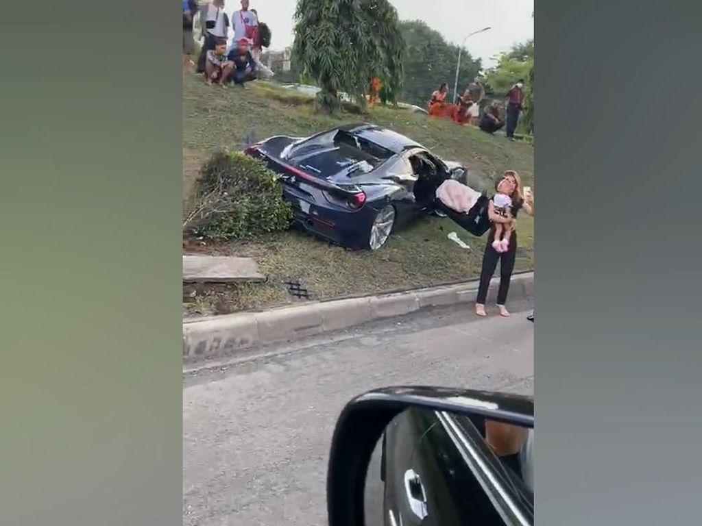 Video Ferrari Seruduk Mobilio di Tol JORR Saat Konvoi