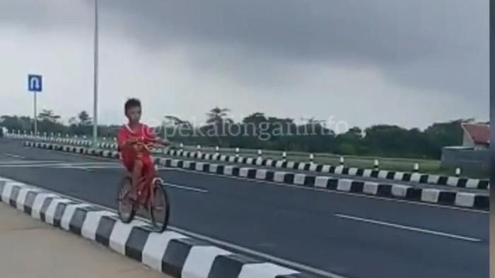 Foto: Tangkapan layar bocah sepedaan di median jalan (dok. Ist)