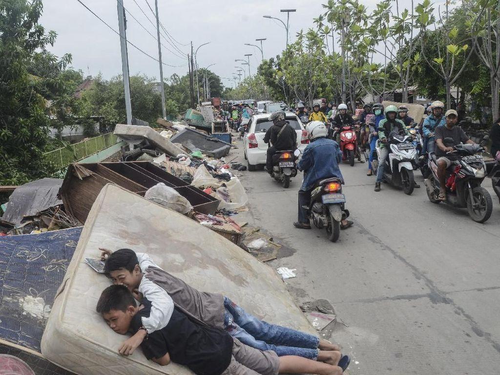 Sampah Sisa Banjir Menumpuk di Pinggir Jalanan Bekasi
