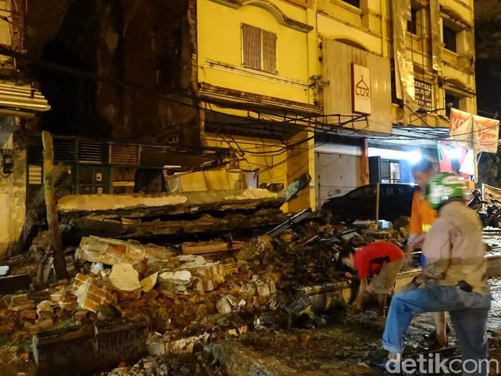 Bangunan Tua di Depan Pelabuhan Makassar Runtuh Diterjang Angin Kencang