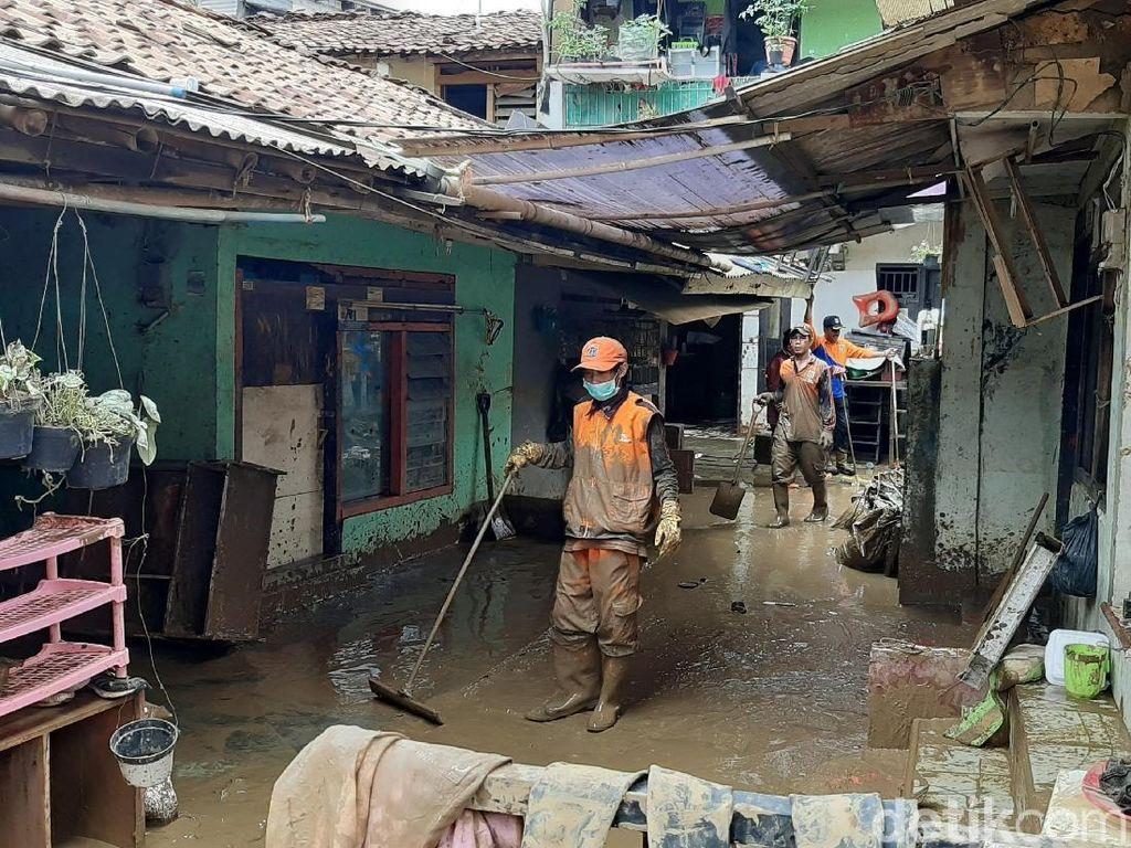 Pasukan Oranye Berjibaku dengan Lumpur Sisa Banjir di Pengadegan