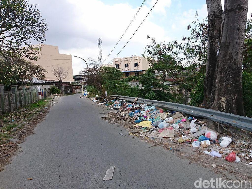Tumpukan Sampah Berjejer di Jalan Mabar Medan Dikeluhkan Warga