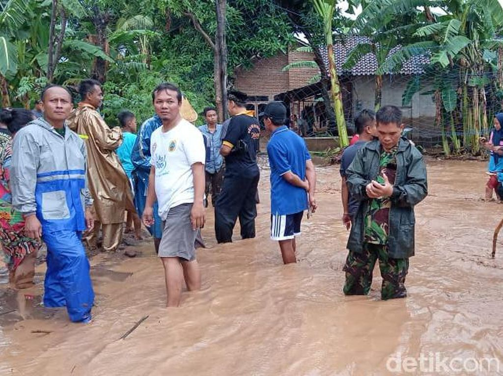 Tanggul Jebol, Rumah Warga di Pati Kebanjiran