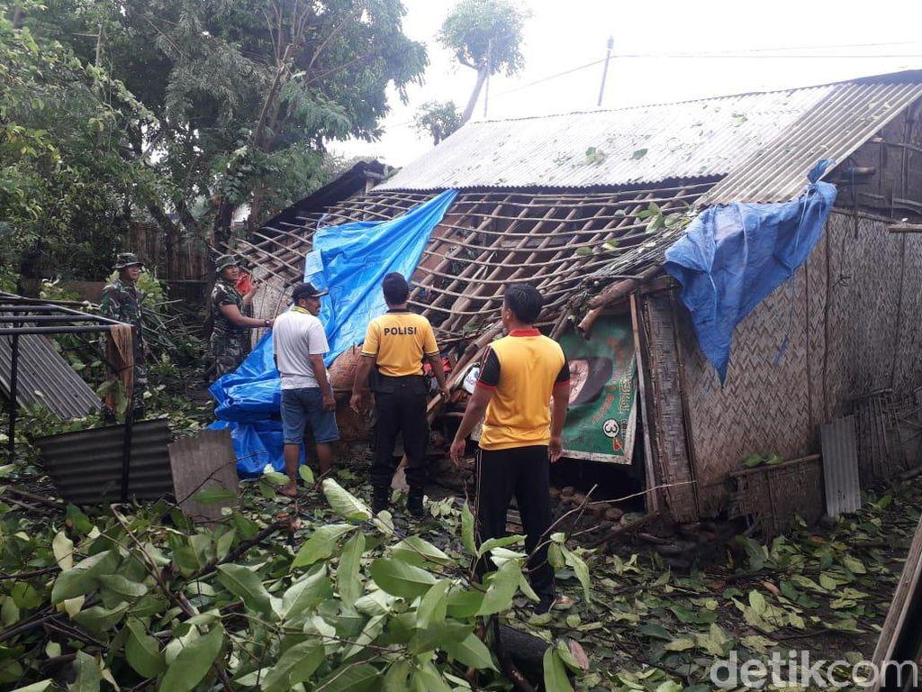 Polisi dan TNI Kerja Bakti Bantu Warga Probolinggo Terdampak Puting Beliung