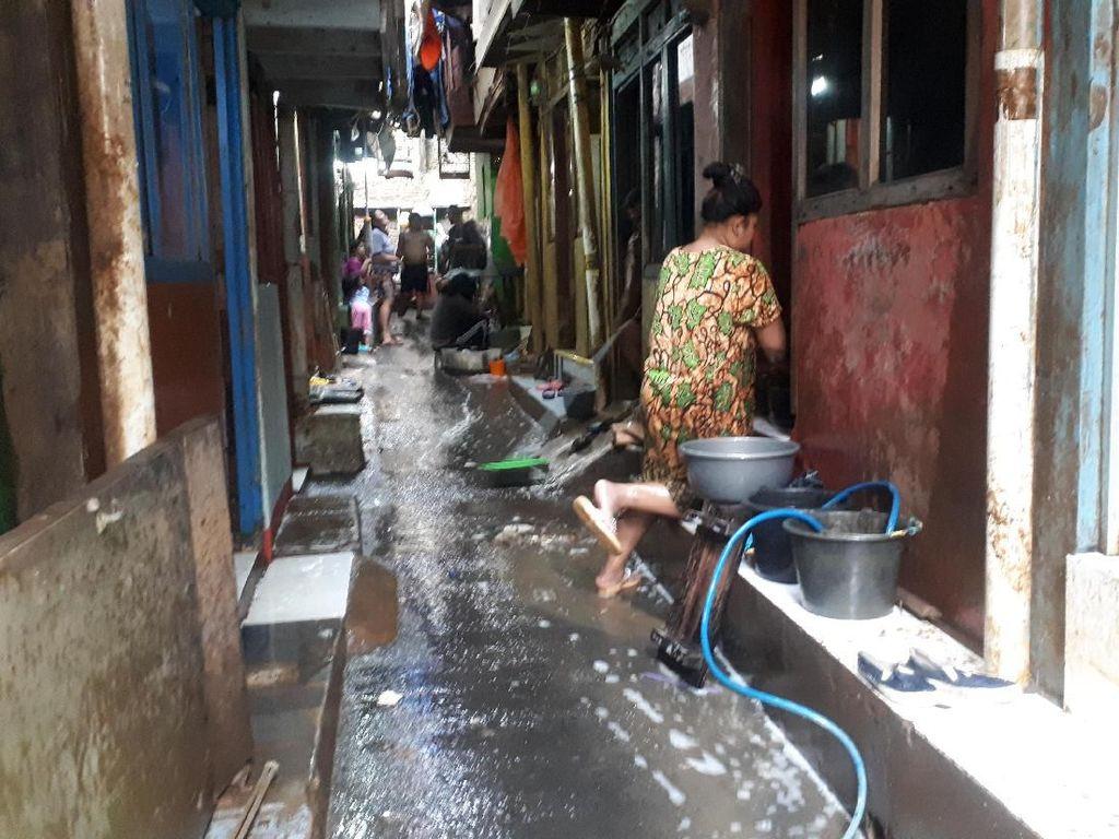 Warga Kampung Melayu Bertahan di Rumah Saat Banjir: Kebiasaan Tak Ngungsi
