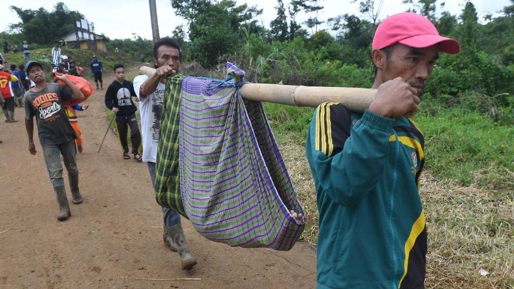 Warga Korban Longsor di Desa Sukajaya Bogor Mengungsi