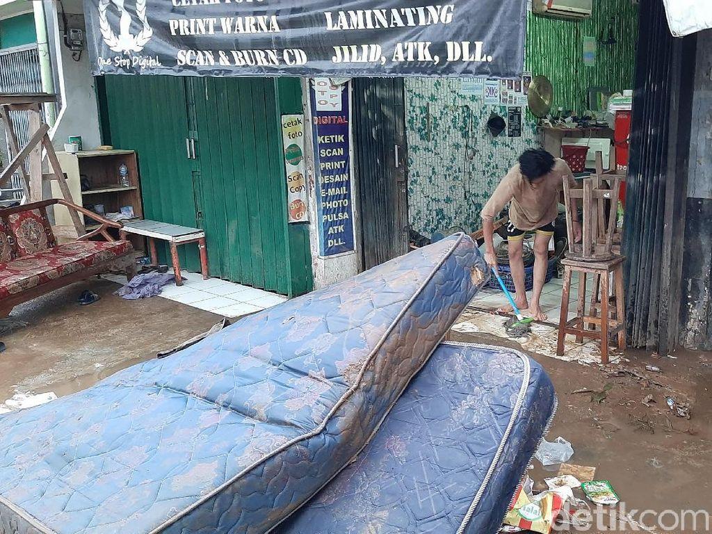 Air Surut, Warga Mulai Bersihkan Sampah Sisa Banjir di Kalibata Jaksel