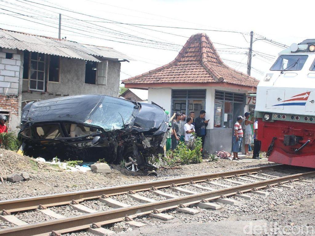 Mobil Tertabrak KA Mutiara Timur di Sidoarjo, Satu Orang Tewas