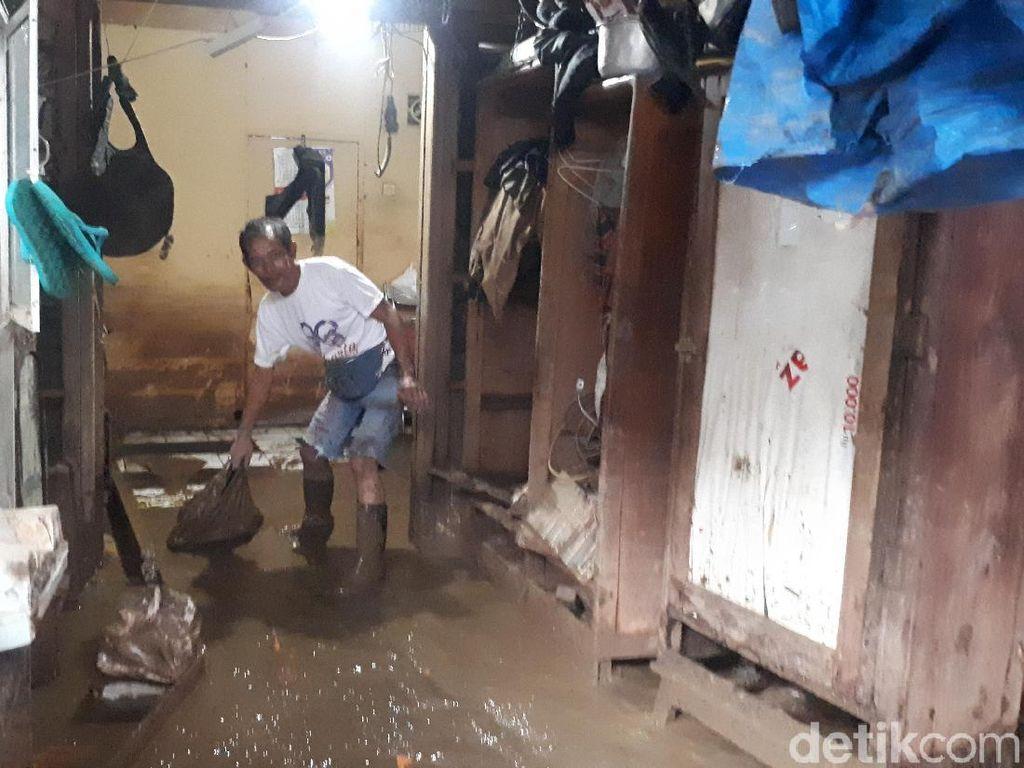 Cerita Warga Kampung Melayu 4 Hari Tak Tuntas Bersih-bersih Usai Banjir