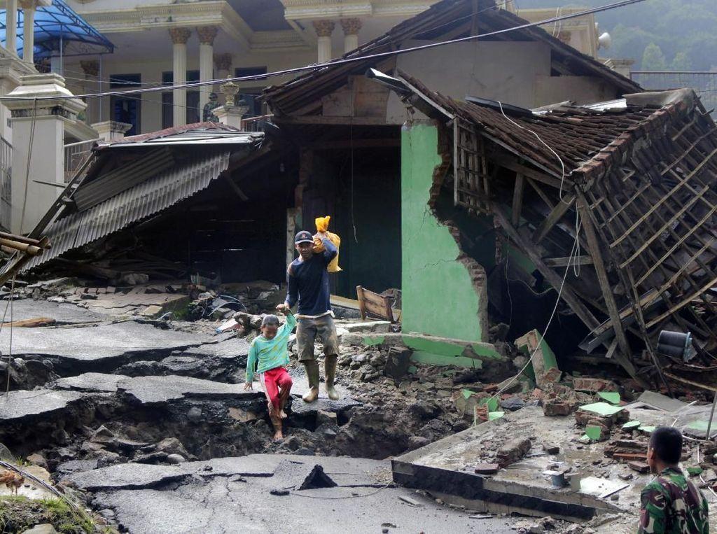 Aksi Kemanusiaan PMI Tembus Lokasi Banjir Bandang yang Terisolasi