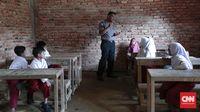 Bripka Ralon Manurung sudah akrab dengan guru di sekolah marjinal sejak memberikan bantuan pada 2017 lalu