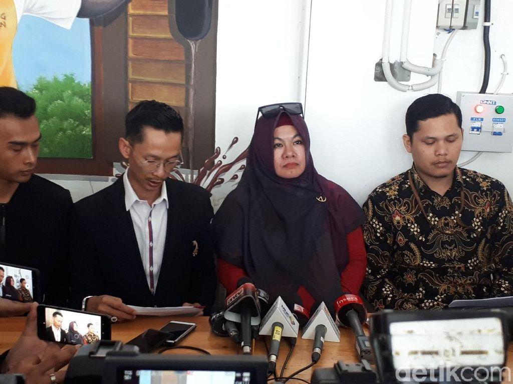 Alasan Suami Medina Zein Tak Kunjung Mendampingi