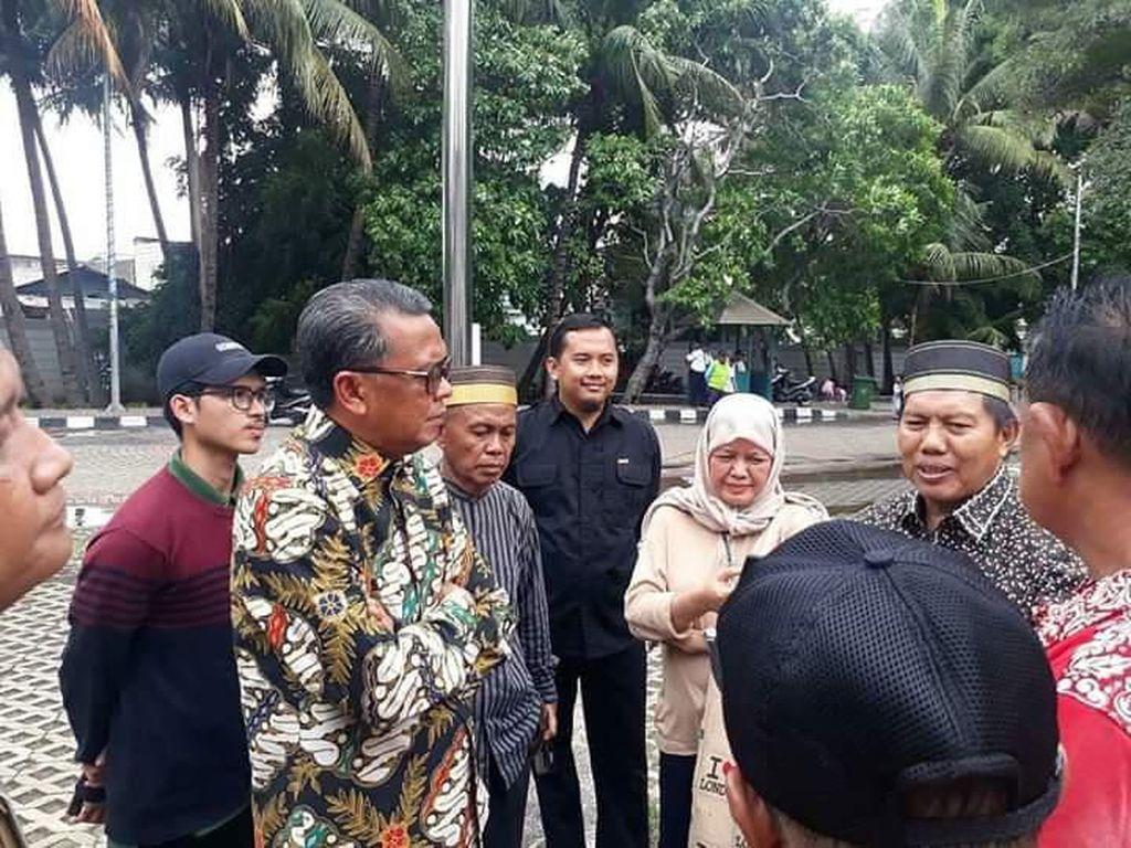 Gubernur Sulsel Tinjau-Beri Bantuan Warganya di Jakut yang Kebanjiran