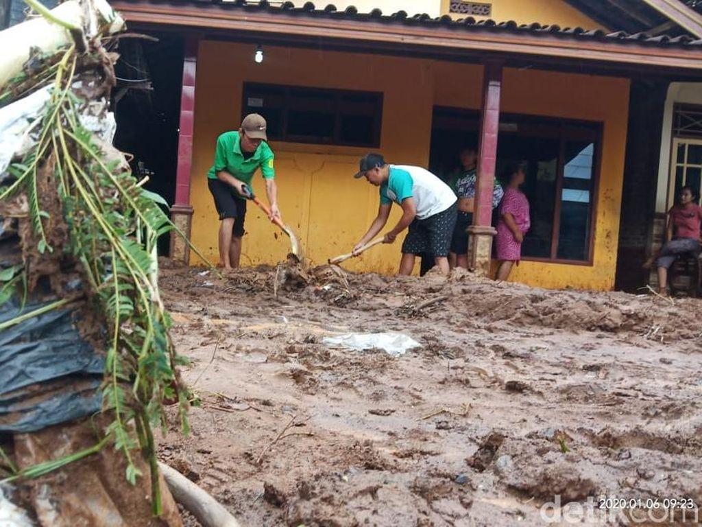 Banjir Surut, Rumah dan Jalanan Desa di Pati Penuh Lumpur Setinggi 10 Cm