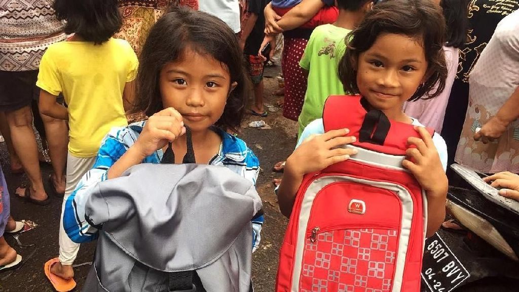 Senyum Anak-anak Korban Banjir Terima Bantuan
