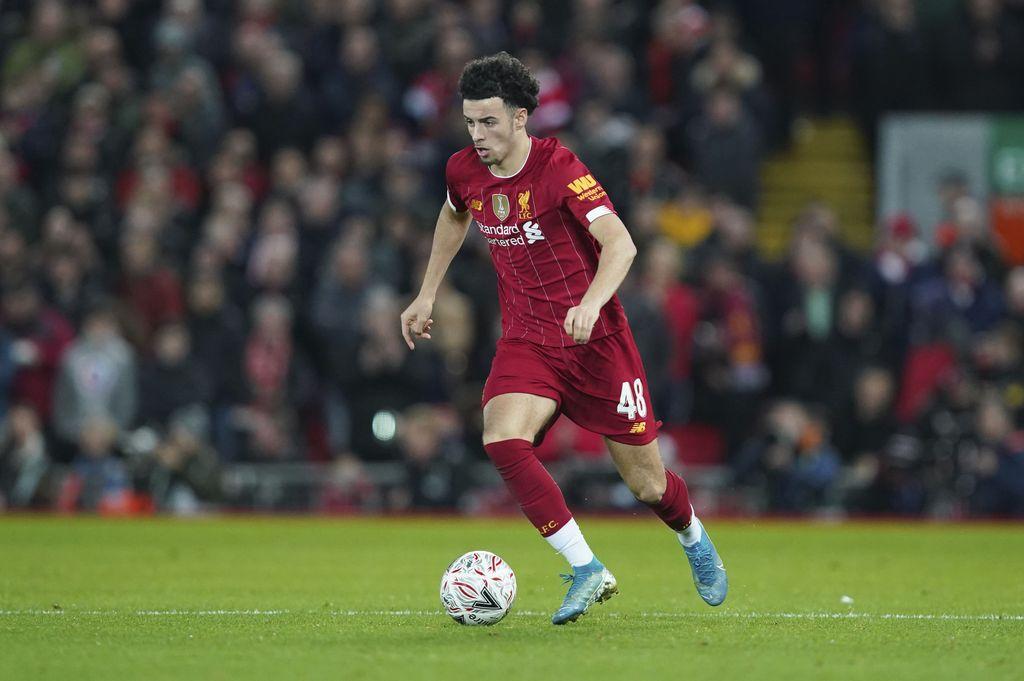 Liverpool menang tipis atas Everton di babak ketiga Piala FA. Takumi Minamino menjalani debut, meski Curtis Jones yang jadi bintang dengan gol cantiknya.