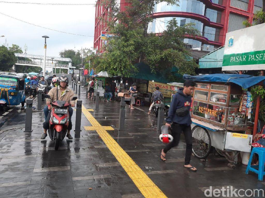 Potret PKL di Trotoar Jalan Salemba Raya yang Ditolak Warga