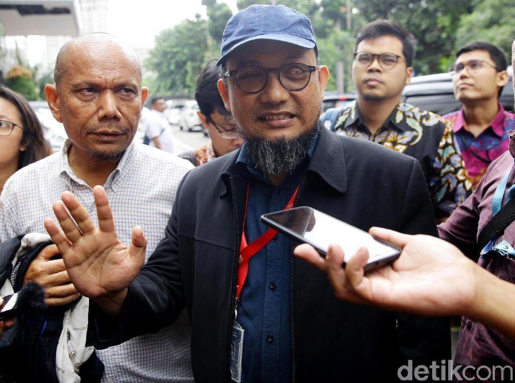 Lambaian Tangan Novel Baswedan Saat Tiba di Polda Metro Jaya