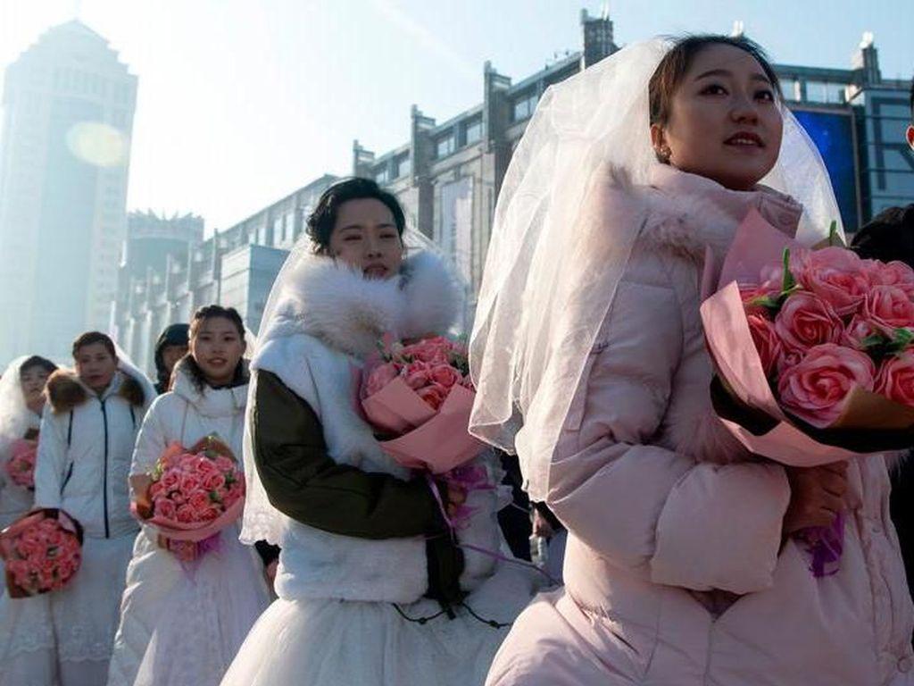 Pernikahan Massal Meriahkan Pembukaan Festival Es di China