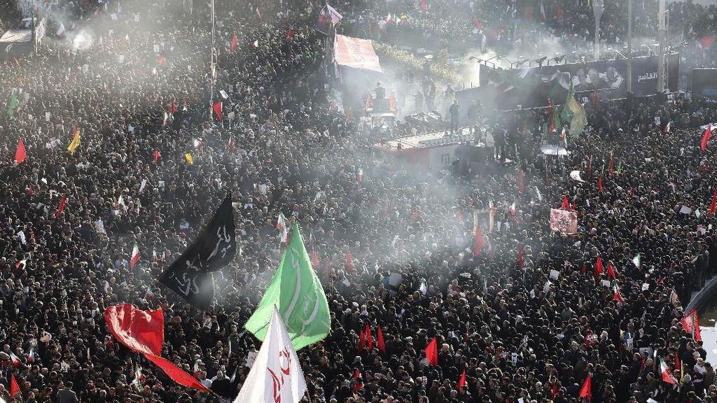Warga Iran Turun ke Jalan Iringi Pemakaman Jenderal Soleimani