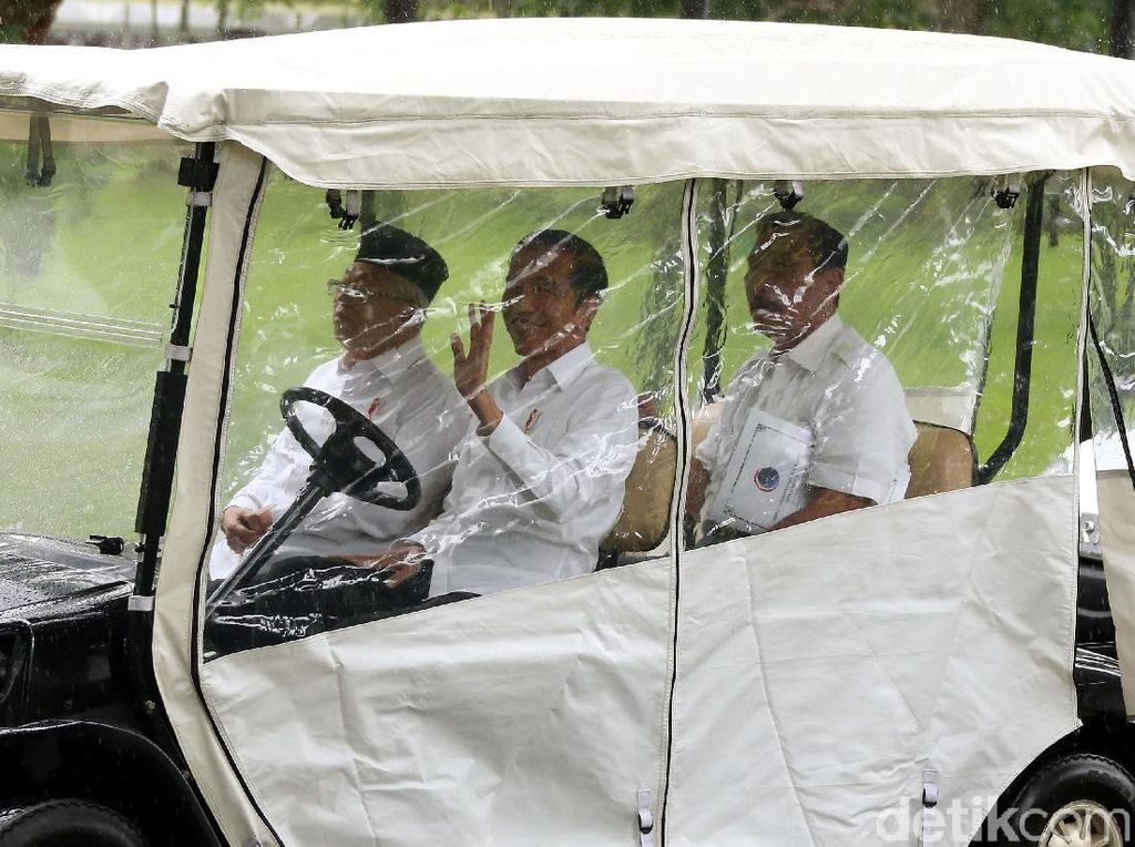 Ekspresi Semringah Jokowi Naik Mobil Golf saat Hujan Deras