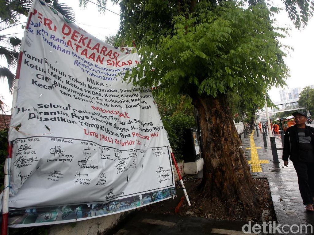 Spanduk Tolak PKL dan Parkir Liar Mejeng di Trotoar Kramat-Salemba