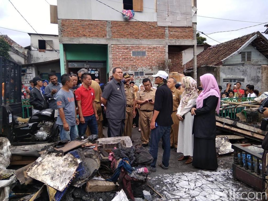 Tinjau Lokasi Kebakaran di Cicadas Bandung, Oded: Logistik Aman