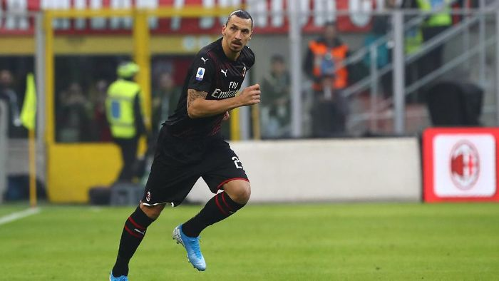 Zlatan Ibrahimovic punya statistik oke saat AC Milan menang 2-0 atas Cagliari di Liga Italia (Photo by Marco Luzzani/Getty Images)