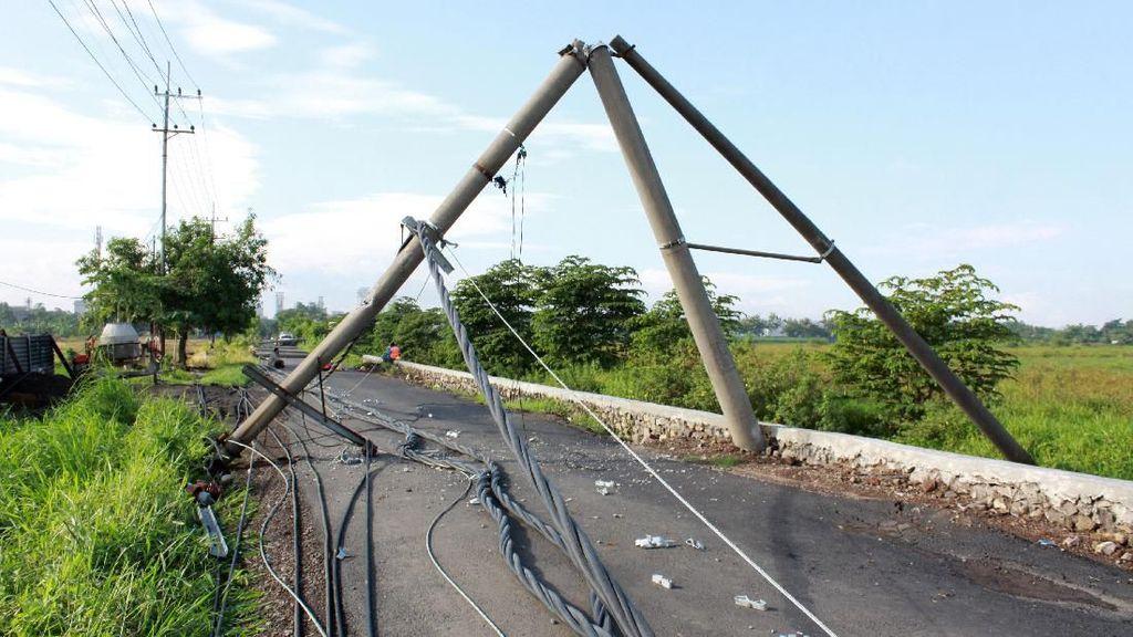 Puluhan Tiang Listrik Roboh Dihantam Angin Kencang di Sidoarjo