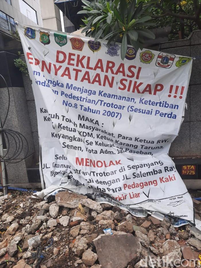 Warga tolak PKL jualan dio Trotoar Jalan Kramat (Foto: Yogi Ernes/detikcom)