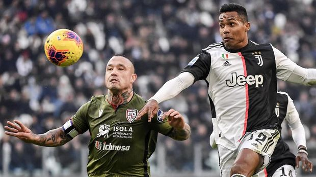Juventus' Alex Sandro and Cagliari's Radja Nainggolan, left, vie for the ball during an Italian Serie A soccer match between Juventus and Cagliari at the Allianz Stadium in Turin, Italy, Monday, Jan. 6, 2020. (Marco Alpozzi/LaPresse via AP)
