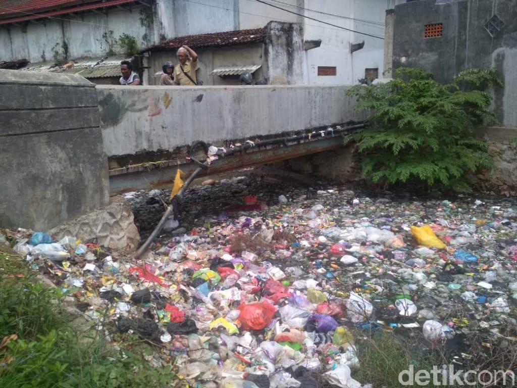 Jorok! Gunungan Sampah Penuhi Sungai di Kampung Taj Yasin Rembang
