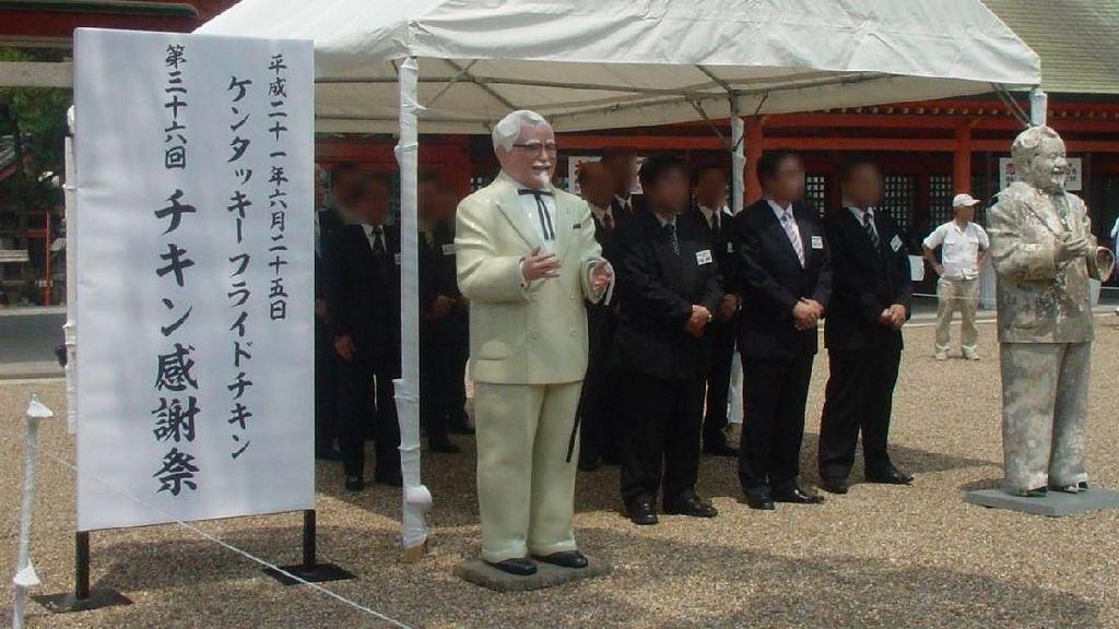 Foto: Upacara Penghormatan Arwah Ayam KFC di Jepang
