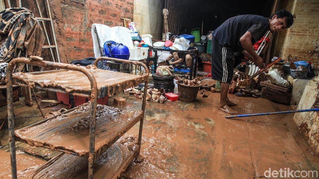 Warga Bintaro Masih Bersihkan Lumpur Sisa Banjir