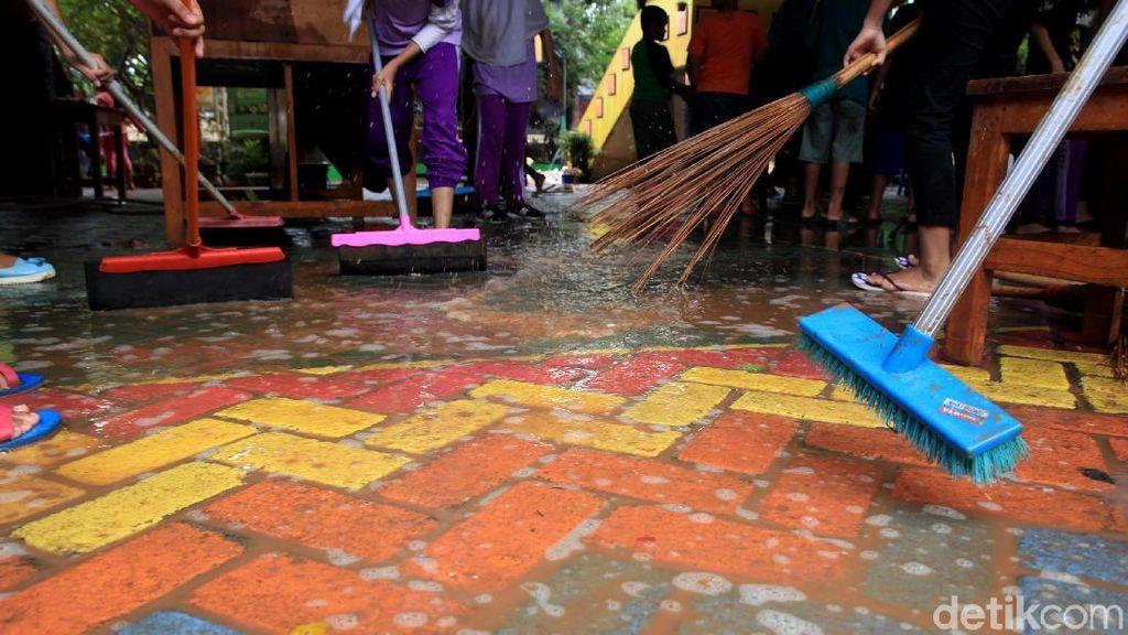 Semangat Siswa SD di Bintaro Kerja Bakti di Sekolah Pascabanjir