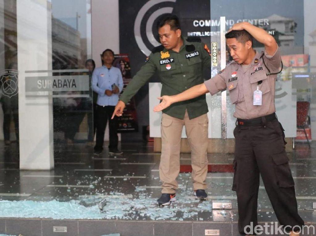 Hujan Disertai Angin Kencang Pecahkan Kaca Command Center Polrestabes Surabaya