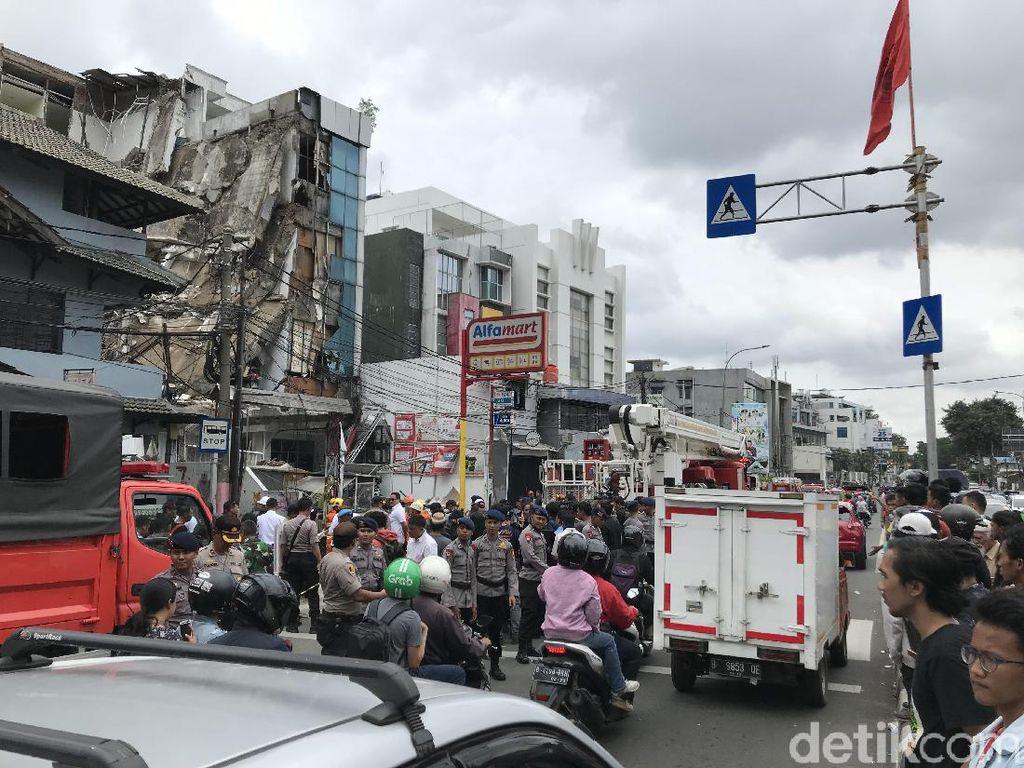 Jalan Brigjen Katamso Slipi Depan Gedung Ambruk Dibuka, Lalin Macet