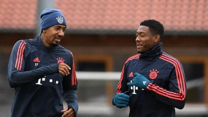 Bayern Munichs German defender Jerome Boateng (L) and Bayern Munichs Austrian defender David Alaba talk during a training session on the eve of the UEFA Champions League Group B football match between FC Bayern Munich and Olympiakos in Munich, southern Germany, on November 5, 2019. (Photo by Christof STACHE / AFP)