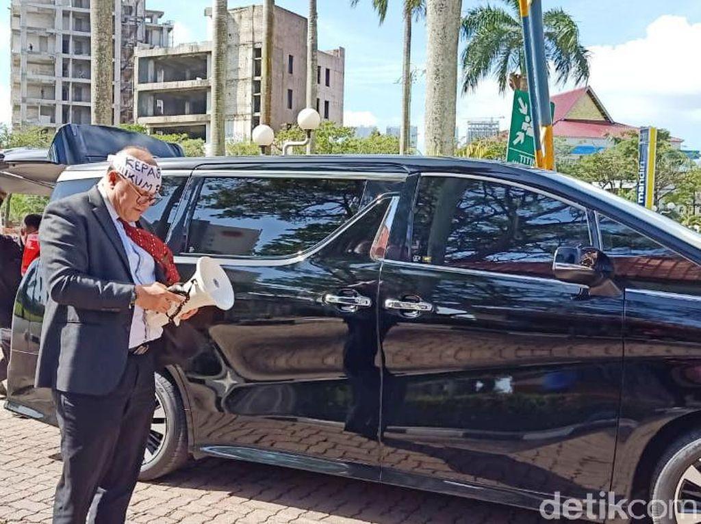 Gokil! Pria di Batam Demo Izin Investasi Pakai Mobil Mewah Alphard