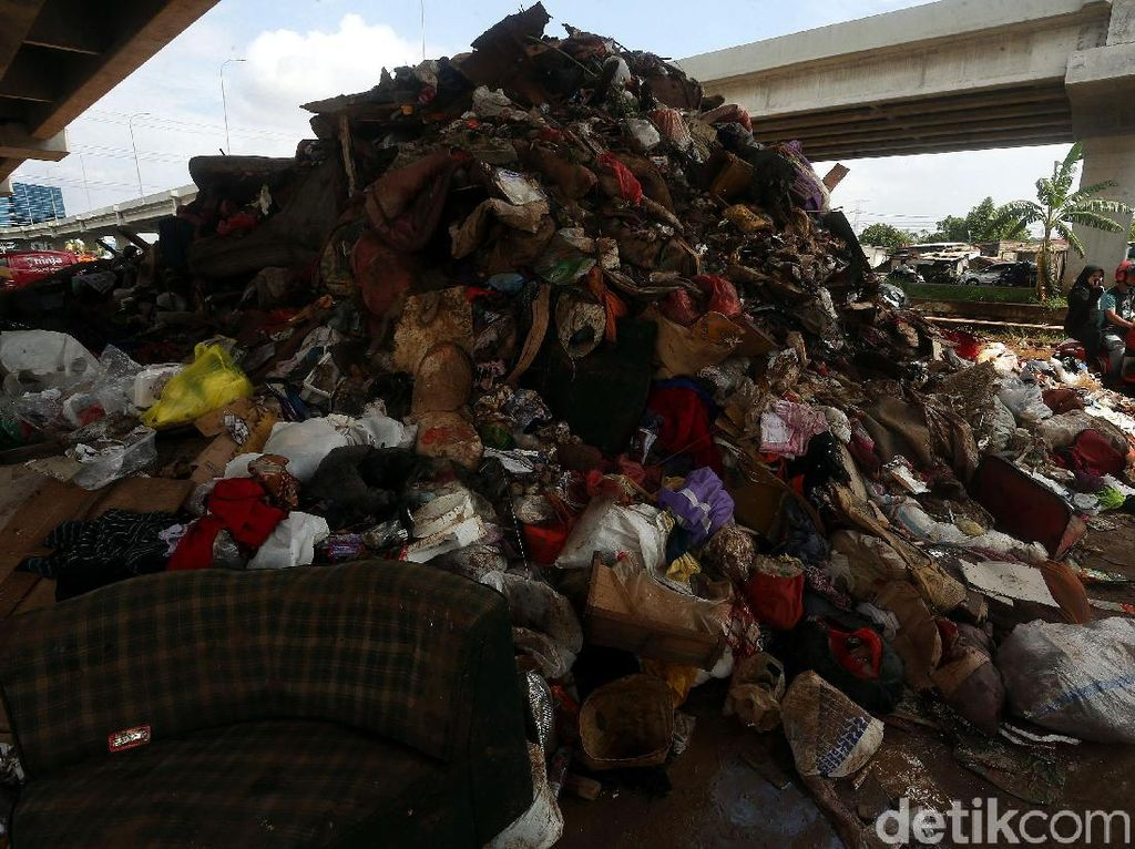 Sampah Sisa Banjir Menggunung di Bawah Tol Becakayu