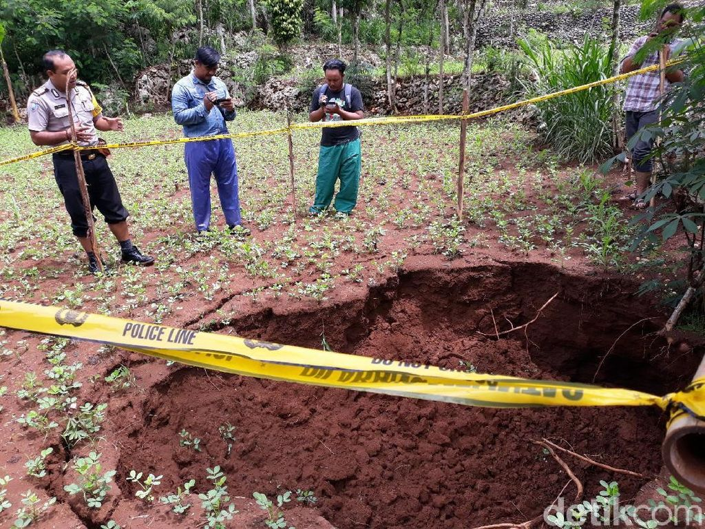 Video Lubang Besar Kembali Muncul di Tengah Sawah Gunungkidul