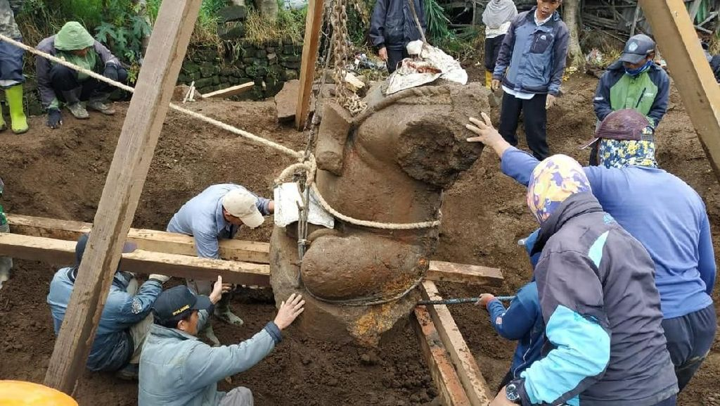 Begini Momen Pemindahan Arca Ganesha Terbesar di Dieng