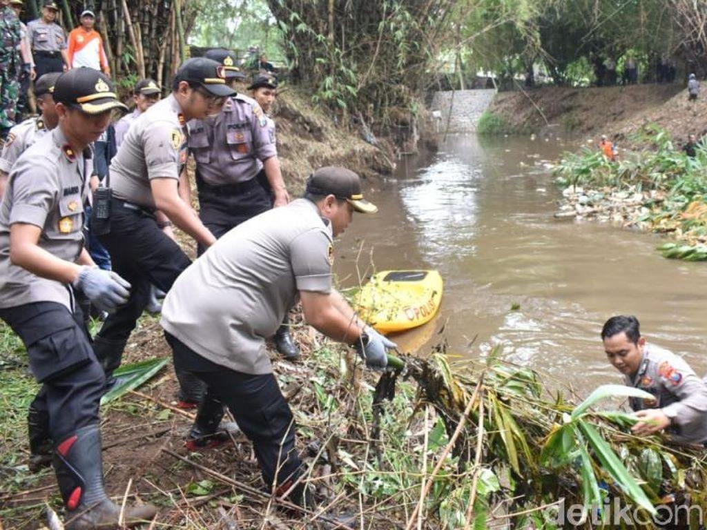 Ratusan Polisi Kota Pasuruan Keruk Sungai Petung dengan Alat Berat
